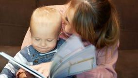 Η μητέρα διαβάζει τα παραμύθια στο γιο της απόθεμα βίντεο
