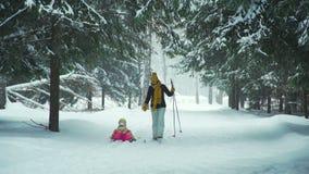 Η μητέρα διδάσκει την κόρη για να κάνει σκι φιλμ μικρού μήκους