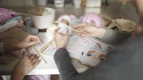 Η μητέρα διδάσκει τις πλέκοντας βελόνες κορών Χέρια γυναικών που πλέκουν το μάλλινο νήμα φιλμ μικρού μήκους