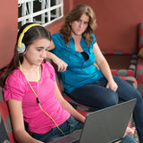 Η μητέρα εξετάζει εθισμένη τη Διαδίκτυο κόρη εφήβων της στοκ φωτογραφία με δικαίωμα ελεύθερης χρήσης