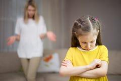 Η μητέρα επιπλήττει την κόρη της Οικογενειακές σχέσεις Η εκπαίδευση του παιδιού στοκ εικόνα με δικαίωμα ελεύθερης χρήσης