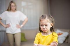 Η μητέρα επιπλήττει την κόρη της Οικογενειακές σχέσεις στοκ εικόνα με δικαίωμα ελεύθερης χρήσης
