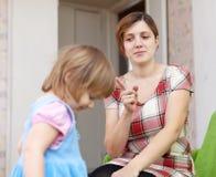 Η μητέρα επιπλήττει το παιδί της Στοκ Φωτογραφία