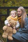 Η μητέρα, η κόρη και το παιχνίδι της Teddy αντέχουν και στο πάρκο φθινοπώρου - που κοιτάζει προς, κλείστε επάνω Στοκ φωτογραφία με δικαίωμα ελεύθερης χρήσης