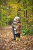 Η μητέρα, η κόρη και το παιχνίδι της Teddy αντέχουν και στο πάρκο φθινοπώρου Στοκ εικόνες με δικαίωμα ελεύθερης χρήσης