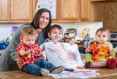 Η μητέρα θέτει με τα παιδιά Στοκ Εικόνες