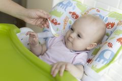 Η μητέρα θηλάζει το μωρό στην κρεβατοκάμαρα στοκ εικόνες