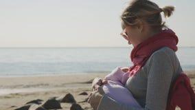 Η μητέρα θηλάζει το μικρό παιδί του απόθεμα βίντεο