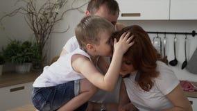 Η μητέρα κάνει προσεκτικά ένα πρόγευμα για την οικογένεια Τα οικογενειακά παιχνίδια περίπου στην κουζίνα υγιές να προετοιμαστεί τ φιλμ μικρού μήκους