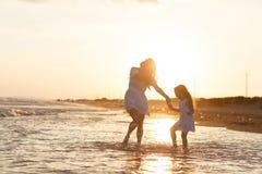 Η μητέρα και λίγη κόρη έχουν τη διασκέδαση στην παραλία Στοκ εικόνες με δικαίωμα ελεύθερης χρήσης