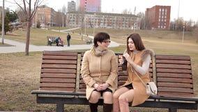 Η μητέρα και η ενήλικη κόρη ξοδεύουν το χρόνο μαζί υπαίθρια στο πάρκο, να κουβεντιάσουν και το γέλιο απόθεμα βίντεο