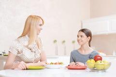 Η μητέρα και η κόρη έχουν το μεσημεριανό γεύμα Στοκ Φωτογραφίες