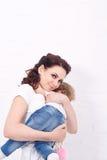 Η μητέρα και η κόρη αντέχουν το αγκάλιασμα Στοκ Εικόνες