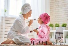 Η μητέρα και η κόρη κάνουν αποτελούν Στοκ Φωτογραφίες