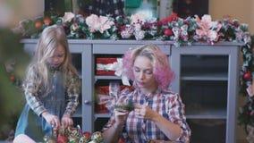 Η μητέρα και η κόρη καθιστούν τα Χριστούγεννα χειροποίητα διακοσμούν φιλμ μικρού μήκους