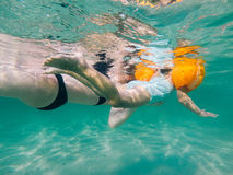 Η μητέρα και η κόρη κολυμπούν Στοκ φωτογραφία με δικαίωμα ελεύθερης χρήσης