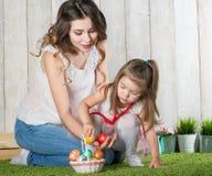 Η μητέρα και η κόρη συλλέγουν τα αυγά Πάσχας στοκ εικόνες με δικαίωμα ελεύθερης χρήσης