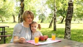 Η μητέρα και η κόρη τρώνε και πίνουν απόθεμα βίντεο