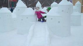 Η μητέρα και η κόρη έχουν τη διασκέδαση στην πόλη πάγου φιλμ μικρού μήκους