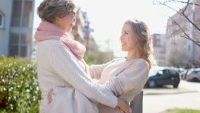 Η μητέρα και η κόρη αγκαλιάζουν στην οδό Είναι ντυμένα την άνοιξη πουλόβερ r : Απροσδόκητος φιλμ μικρού μήκους