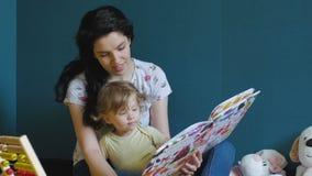 Η μητέρα και η κόρη διαβάζουν το βιβλίο απόθεμα βίντεο