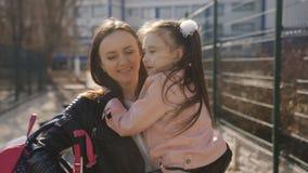 Η μητέρα και η κόρη επιστρέφουν από το σχολείο μετά από το σχολείο Το Mom απόθεμα βίντεο