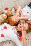 Η μητέρα και η κόρη με τις καρδιές και teddy αντέχουν Στοκ Φωτογραφία