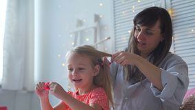 Η μητέρα και η κόρη μιλούν βουρτσίζοντας την τρίχα απόθεμα βίντεο