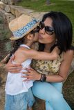 Η μητέρα και η κόρη μοιράζονται μια στενή στιγμή μαζί στις διακοπές στοκ φωτογραφίες