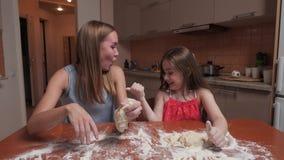 Η μητέρα και η κόρη ρίχνουν το αλεύρι απόθεμα βίντεο