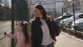 Η μητέρα και η νέα κόρη είναι μαζί από το σχολείο μετά από τα μαθήματα απόθεμα βίντεο