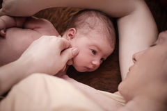 Η μητέρα και νεογέννητος βρίσκεται δίπλα-δίπλα Στοκ φωτογραφία με δικαίωμα ελεύθερης χρήσης