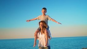 Η μητέρα και ο γιος έχουν τη διασκέδαση εν πλω απόθεμα βίντεο