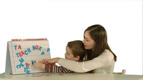 Η μητέρα και ο γιος κάνουν τη μαμά λέξης στο γραφείο στο λευκό απόθεμα βίντεο