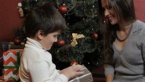 Η μητέρα και ο γιος κάνουν το των Εσκιμώων φιλί κοντά στο χριστουγεννιάτικο δέντρο φιλμ μικρού μήκους