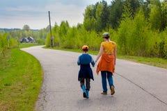 Η μητέρα και ο γιος στον τρόπο αγκαλιάζουν Στοκ Εικόνες