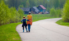 Η μητέρα και ο γιος στον τρόπο αγκαλιάζουν Στοκ φωτογραφία με δικαίωμα ελεύθερης χρήσης