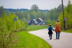 Η μητέρα και ο γιος στον τρόπο αγκαλιάζουν Στοκ Φωτογραφίες