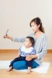 Η μητέρα και ο γιος της Ασίας παίρνουν selfie στοκ εικόνες