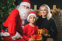 Η μητέρα και ο μπαμπάς σας σας αγαπούν Ντυμένο πατέρας κοστούμι Santa Στοκ Εικόνες