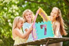 Η μητέρα και τα παιδιά έχουν τη διασκέδαση χτίζοντας στο σπίτι το γρίφο Στοκ φωτογραφίες με δικαίωμα ελεύθερης χρήσης