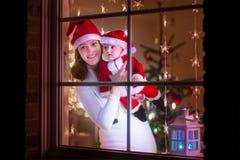Η μητέρα και το μωρό έντυσαν ως Santa Στοκ φωτογραφία με δικαίωμα ελεύθερης χρήσης