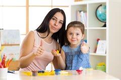 Η μητέρα και το παιδί της έχουν ένα χόμπι διασκέδασης με τα ζωηρόχρωμα παιχνίδια αργίλου παιχνιδιού Στοκ Φωτογραφίες