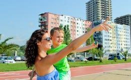 Η μητέρα κρατά σε ετοιμότητα το παιδί της Δείξτε το δάχτυλο Στοκ φωτογραφία με δικαίωμα ελεύθερης χρήσης