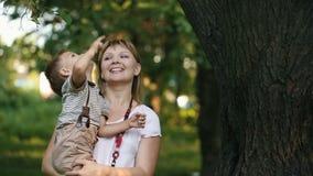 Η μητέρα με ένα παιδί εξετάζει τον ουρανό απόθεμα βίντεο