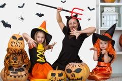 Η μητέρα με δύο κόρες γιορτάζει αποκριές στοκ φωτογραφίες