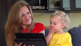 Η μητέρα με το χτύπημα κορών ρίχνει ένα φιλί στον πατέρα στην τηλεοπτική συνομιλία ταμπλετών απόθεμα βίντεο