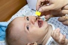 η μητέρα μωρών μεταχειρίζετ&al Στοκ εικόνες με δικαίωμα ελεύθερης χρήσης