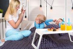 Η μητέρα ξυπνά τους αγαπημένους γιους της Πρόγευμα στο κρεβάτι για τα παιδιά, έκπληξη στοκ φωτογραφίες με δικαίωμα ελεύθερης χρήσης