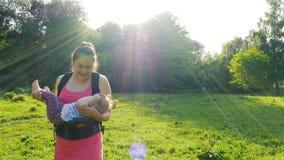 Η μητέρα παίζει με το μωρό της φιλμ μικρού μήκους